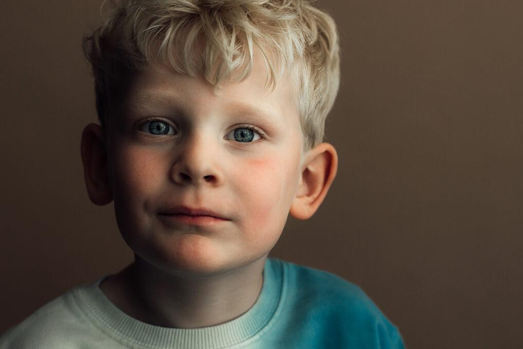 kinderportret jongen bruine achtergrond