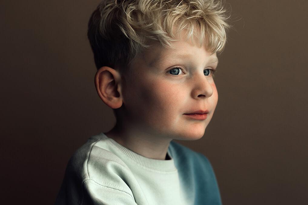 kinderportret zijkant jongen