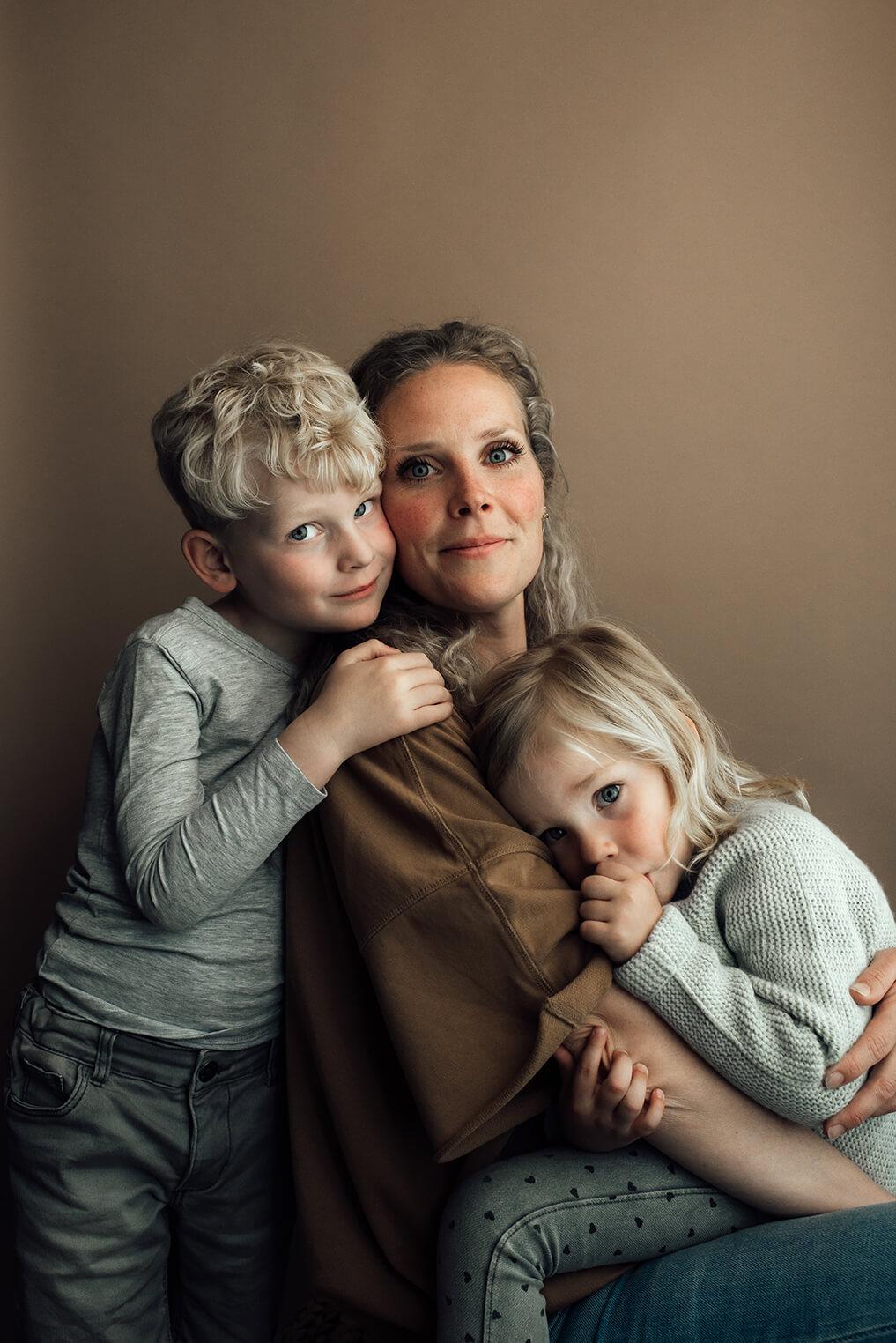 portret moeder en kinderen op bruine achtergrond