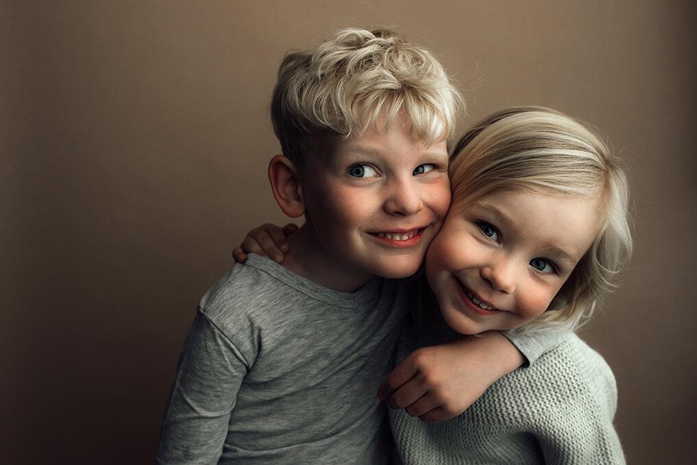 broer en zus kinderportret lachend